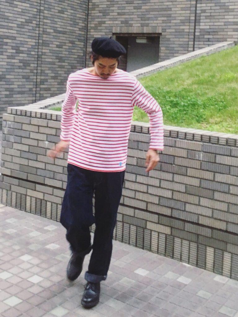 黒ハンチング×赤ボーダーTシャツのマリンスタイル