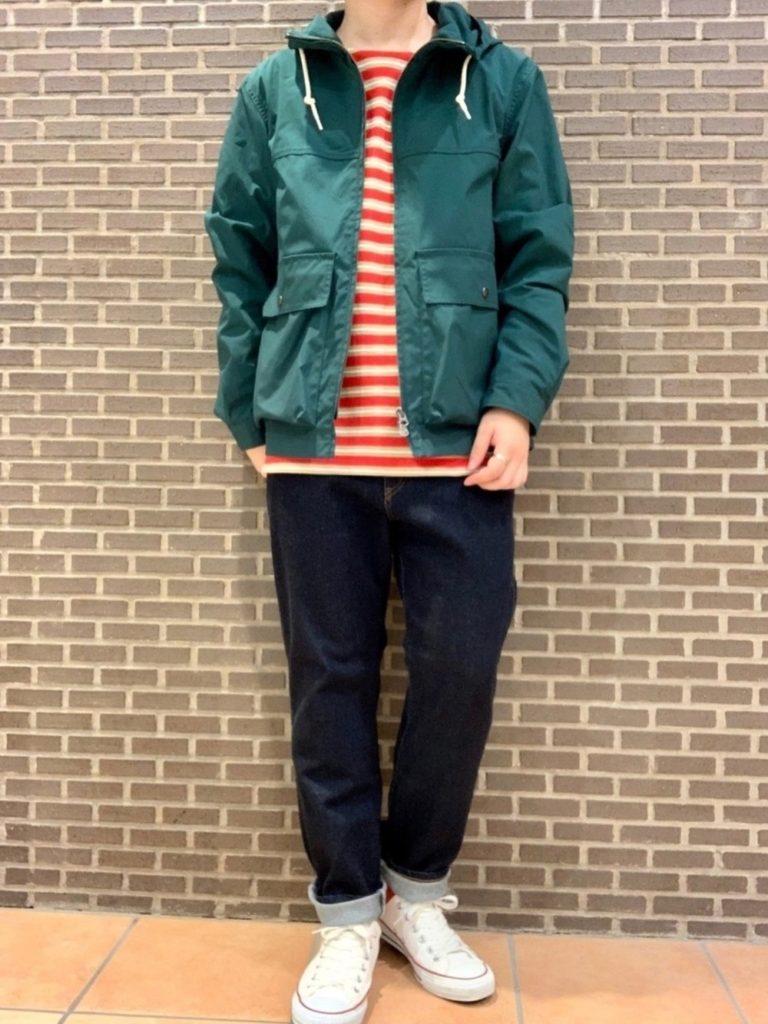 深い緑のマウンテンパーカー×赤ボーダーTシャツのカジャアルスタイル