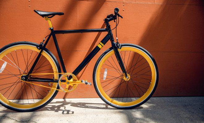 黄色のクロスバイク