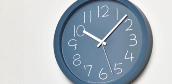 青い壁掛け時計