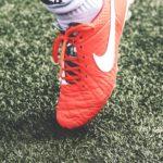 赤いサッカースパイク