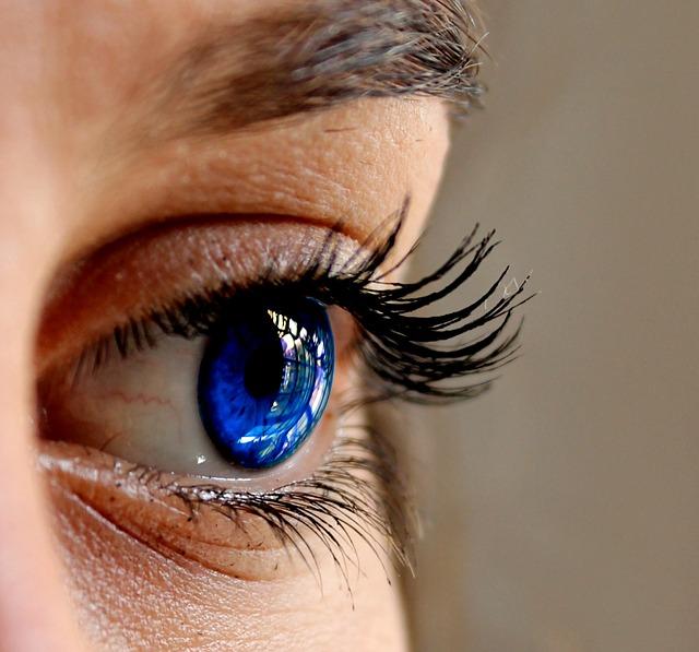 青色のカラコンで自然に印象アップ