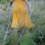 子供の黄色いドレス