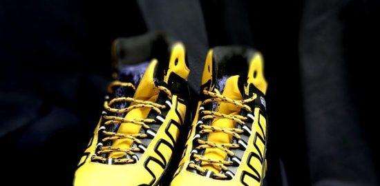 黄色のスニーカーでメリハリコーデ
