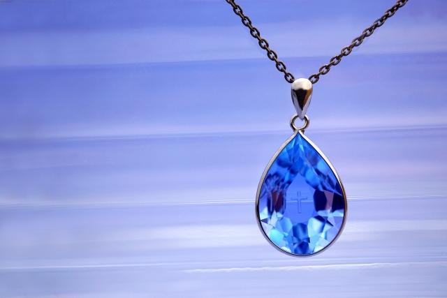 青色ピアスにおすすめの誕生石