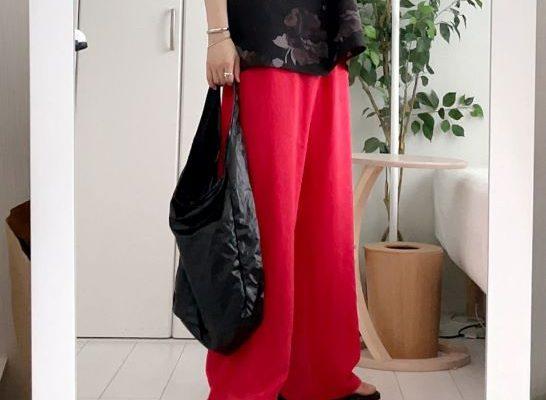 赤色のワイドパンツでメンズコーデ